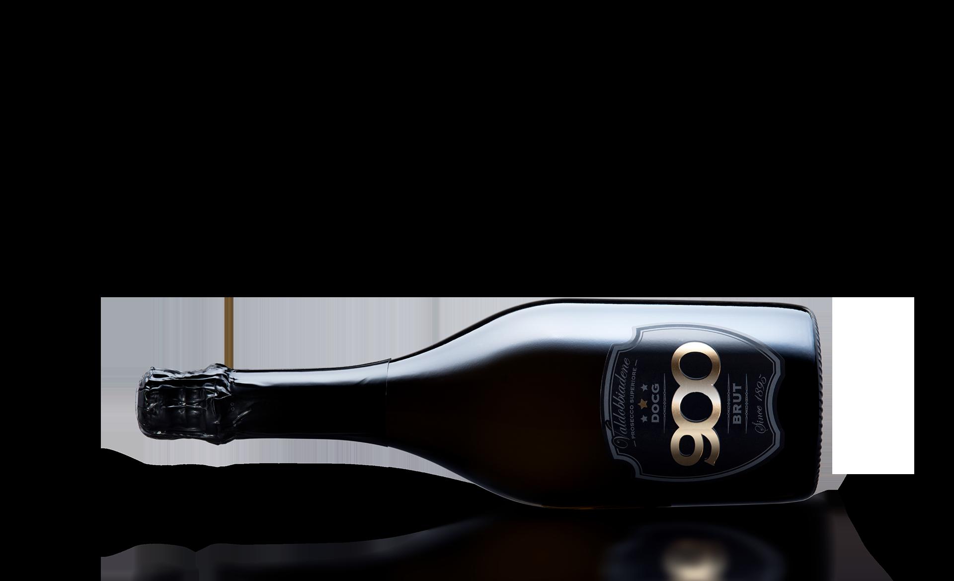 900 wine: bottiglia del prosecco DOCG Valdobbiadene Superiore Brut adagiata in posizione orizzontale