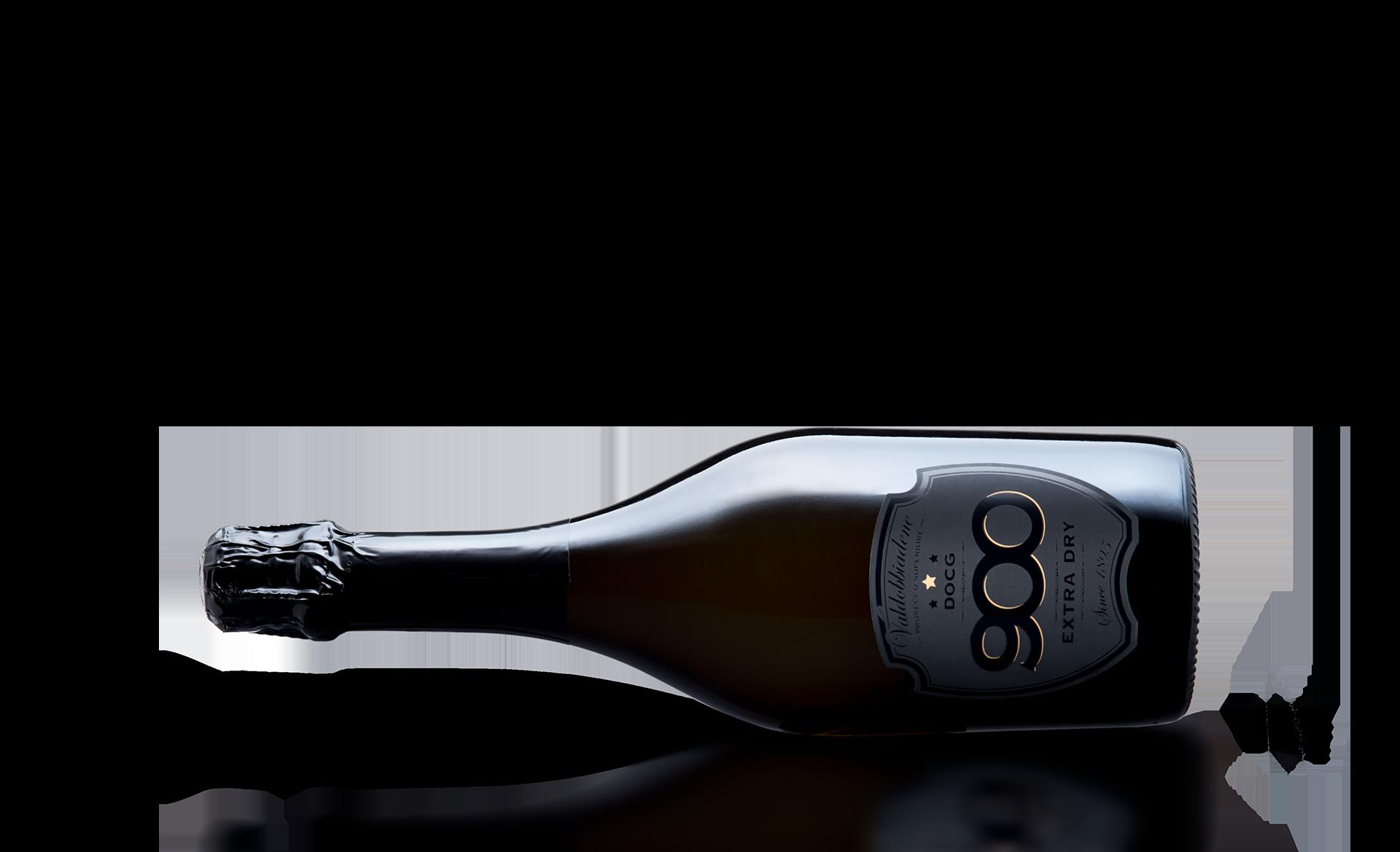 900 wine: bottiglia del prosecco DOCG Valdobbiadene Superiore Extra Dry adagiata in posizione orizzontale